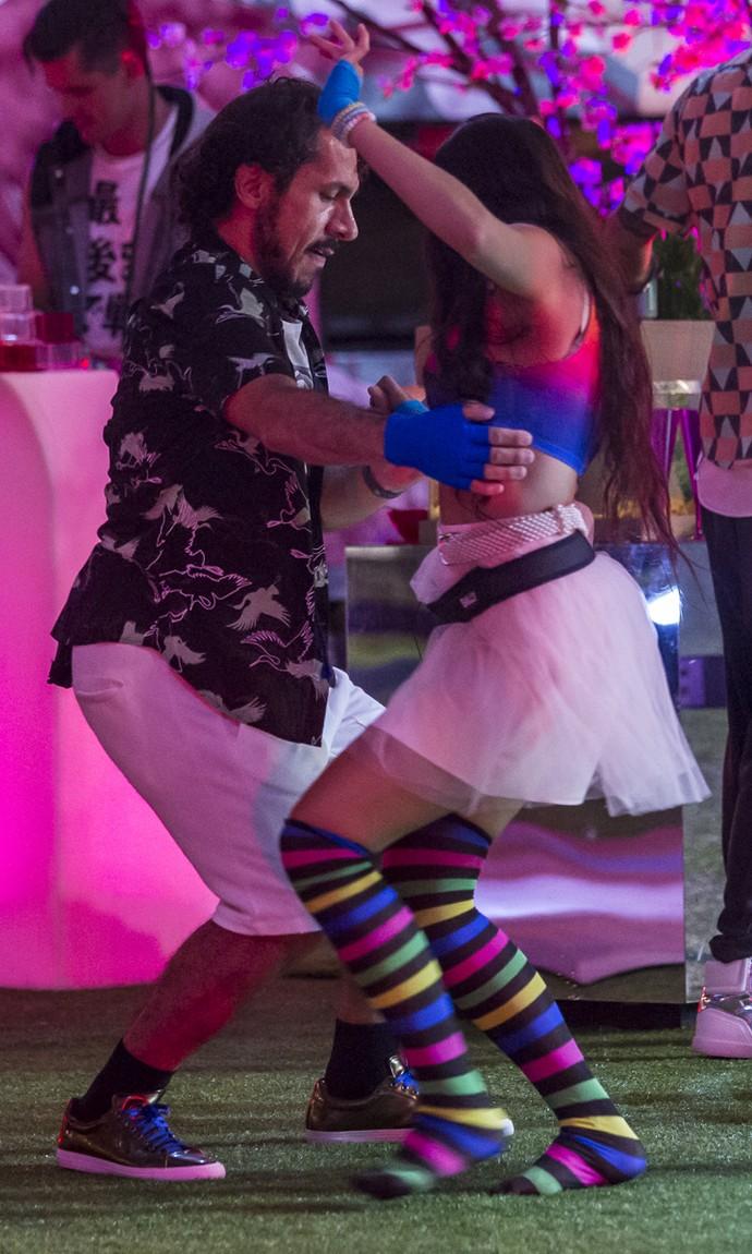 Rômulo dança com Emilly durante o ensaio do Bloco das Poderosas (Foto: Artur Meninea/Gshow)