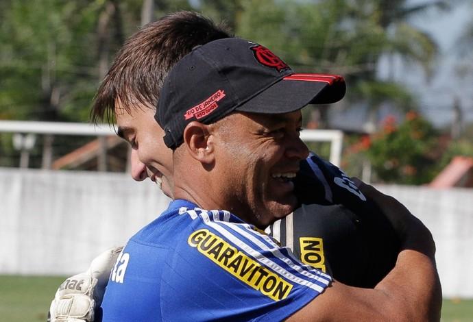 César abraça Wagner Miranda (Foto: Gilvan de Souza / Flamengo)