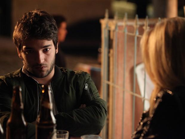 Davi afoga as mágoas com Megan e fica bêbado (Foto: Camila Camacho/TV Globo)