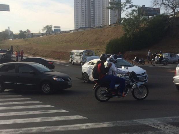 Trânsito no local ficou complicado por pelo menos uma hora (Foto: Rodrigo Lemos)