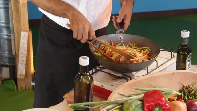Chefe de cozinha Alício Charoth prepara um paterê (Foto: TV Bahia)