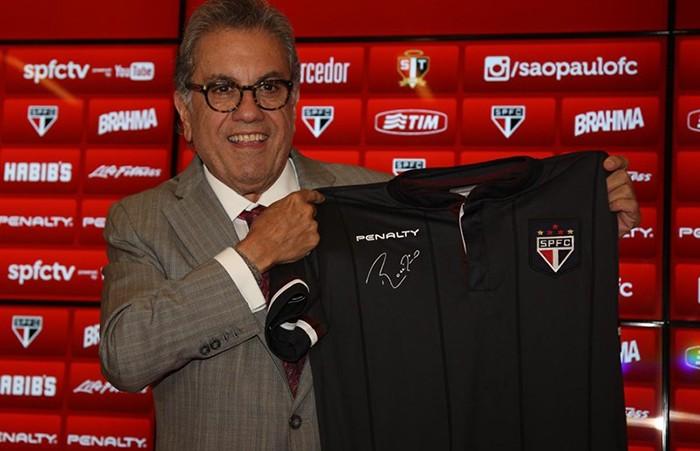Carlos Miguel Aidar, presidente do São Paulo, exibe uniforme da Penalty para Rogério Ceni