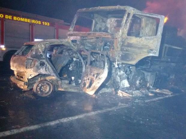 Motorista do carro ficou preso às ferragens e morreu carbonizado (Foto: José Aparecido/TV Morena)