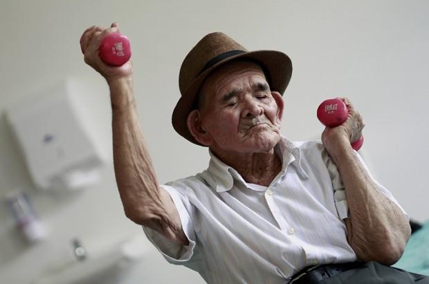 Idoso Jose Uriel Delgado, de 115 anos, faz atividade física em casa de repouso em San Jose, na Costa Rica, em 11 de agosto  (Foto: Reuters/Juan Carlos Ulate)