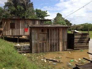 Nível do rio sobe e famílias ficam em alerta em Porto Velho (Foto: Gaia Quiquiô/G1)