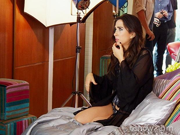 Valdirene se prepara para iniciar o ensaio sensual (Foto: Amor à Vida/TV Globo)