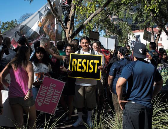 Felix Trejo,cidadão americano de pais mexicanos ,engrossou os protestos contra Trump em Phenix (Foto:  Caitlin O'Hara/ÉPOCA)
