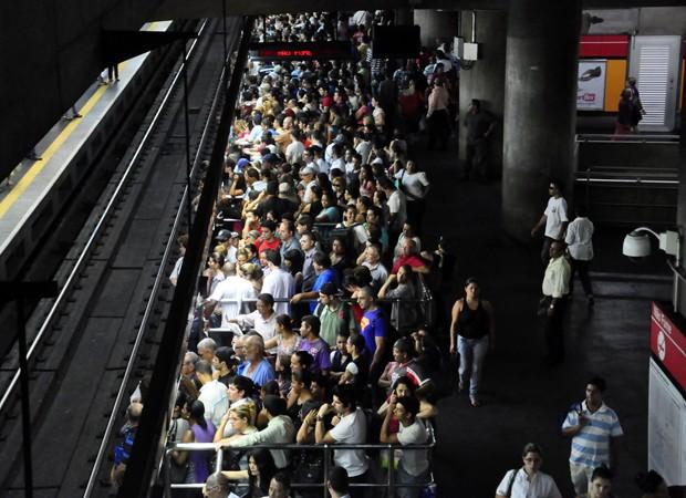 Além de greves, problemas pontuais podem causar transtornos no metrô. Em 31 de outubro deste ano, um passageiro invadiu a via na estação República e gerou tumulto para os passageiros em diversas estações, como a Sé (foto). (Foto: Cris Fraga/Estadão Conteúdo)