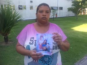Ana Carla, mãe da adolescente, com a foto da filha grávida nas mãos. (Foto: Cristina Boeckel/ G1)
