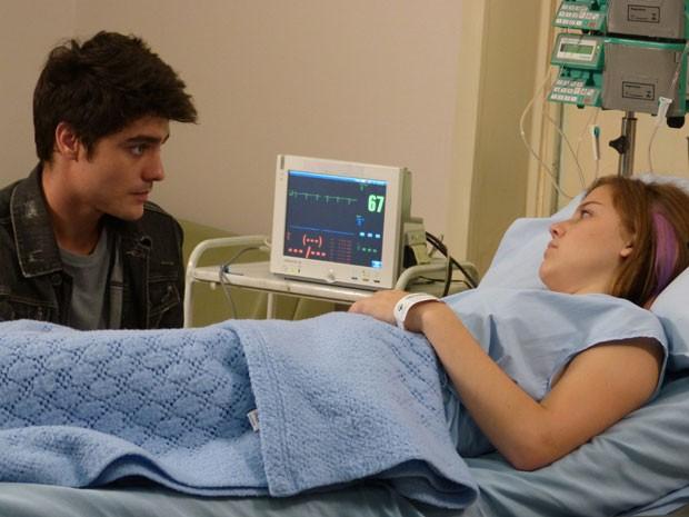 Vitor foi MEGA HERÓI e salvou Lia da morte. E só doando sangue, hein!!! (Foto: Malhação / Tv Globo)