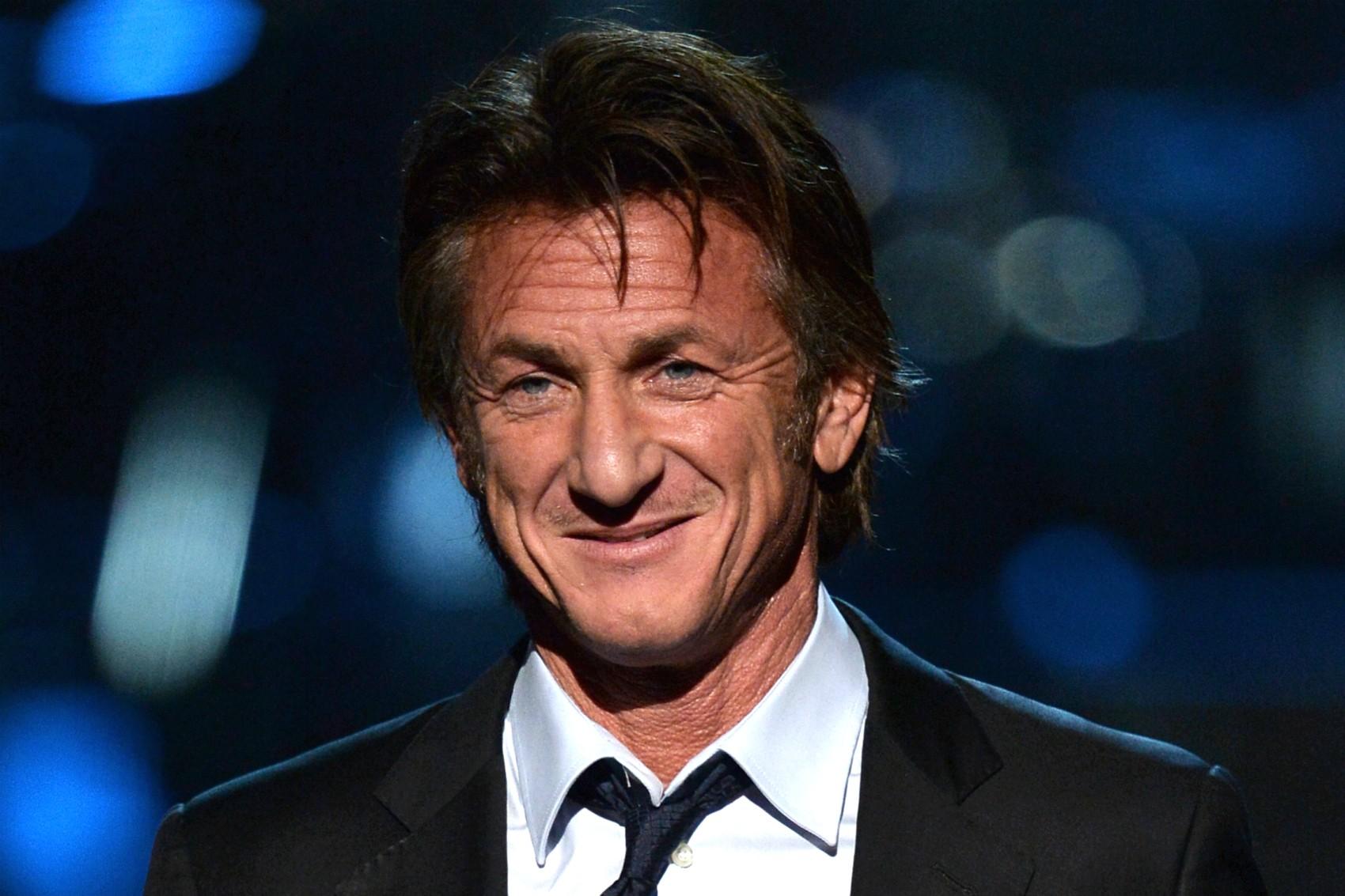 Mal havia dado entrada no divórcio de Robin Wright, em 2009, e Sean Penn foi pego namorando outra bela (e 15 mais jovem) atriz: Natalie Portman. (Foto: Getty Images)