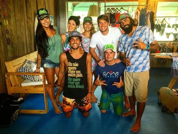 Aline Riscado e Felipe Roque posam com grupo de amigos em Fernando de Noronha (Foto: Reprodução / Instagram)