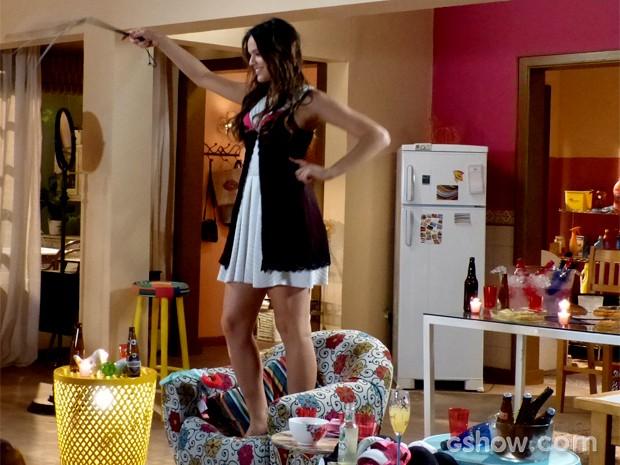 Luiza entra no clima do chá de lingerie e se diverte com chicote (Foto: Em Família / TV Globo)