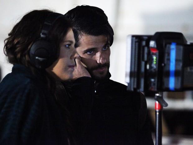 Bárbara e Bruno assistem a uma das cenas no monitor (Foto: Carol Caminha / Gshow)