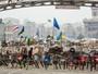Manifestantes armam uma barricada na Praça da Independência, em Kiev, Ucrânia. Os manifestantes se opõe ao governo do presidente Viktor Yanukovych, que recusou a aproximação com a União Européia em favor de pressões da Rússia