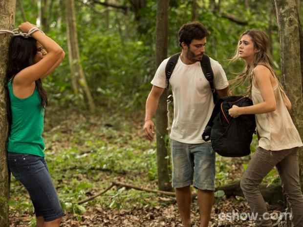 Lili e William fogem e não conseguem resgatar Celina (Foto: Fábio Rocha/TV Globo)