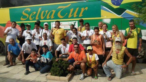 Parte do grupo que foi à São Silvestre, em 2011 (Foto: Divulgação)