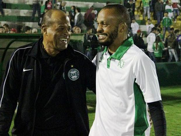 Pai (esq.) e filho durante encontro em jogo há cerca dois anos  (Foto:  Diego Carvalho-Aguante/Chapecoense)