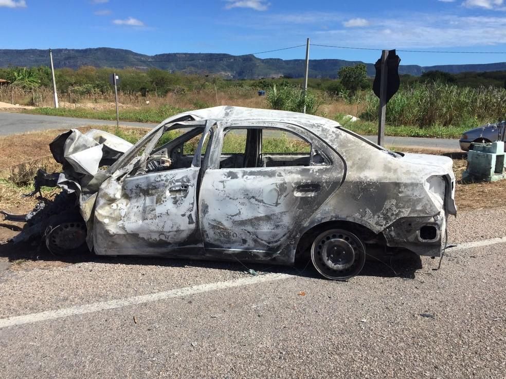 Carros são incendiados em ação criminosa em Ipueiras/CE (Foto: Mateus Ferreira/TV Verdes Mares)
