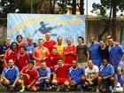 Huck reúne time de famosos para partida de futebol