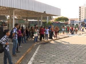 População aguarda por ônibus nesta sexta-feira (13) em Valinhos (Foto: Reprodução EPTV)