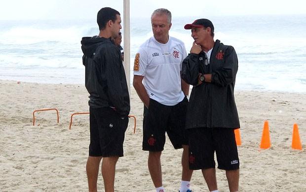 Dorival Junior no treino do Flamengo na praia (Foto: Richard Souza / Globoesporte.com)