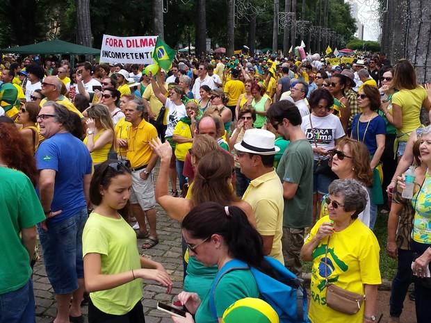 Boa parte da Praça da Liberdade está ocupada pelo protesto de centenas de pessoas, em Belo Horizonte (Foto: Thaís Pimentel/G1)
