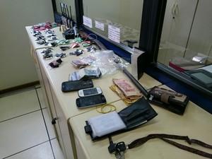 Foram apreendidas drogas, armas e dinheiro (Foto: Leonardo Lourenço/TV Rio Sul)