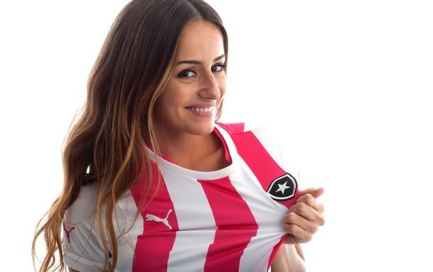 Erika Mader nova camisa rosa Botafogo (Foto: Divulgação)