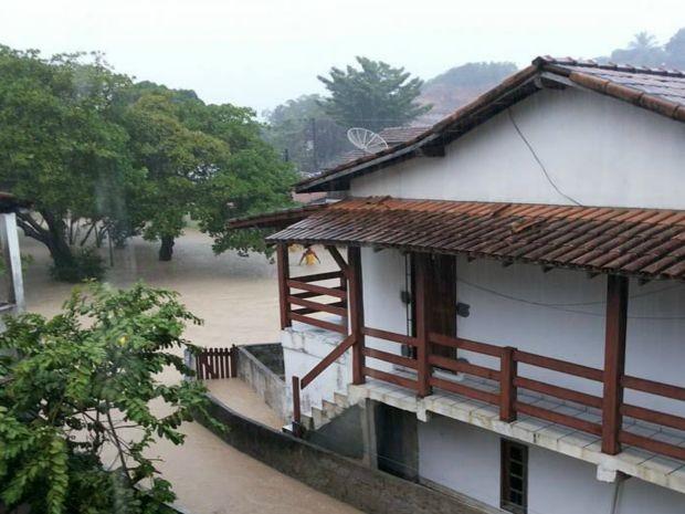 Água invadiu casas em Santa Cruz Cabrália (Foto: RADAR64.COM / Divulgação)