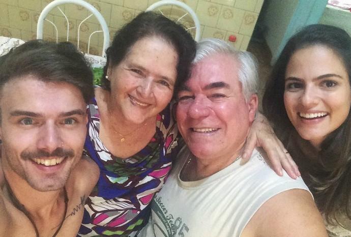 O editor Alex Batista ao lado dos avós, Maria das Graças e Alexandre, com a irmã Bia (Foto: Arquivo Pessoal / Alex Batista)