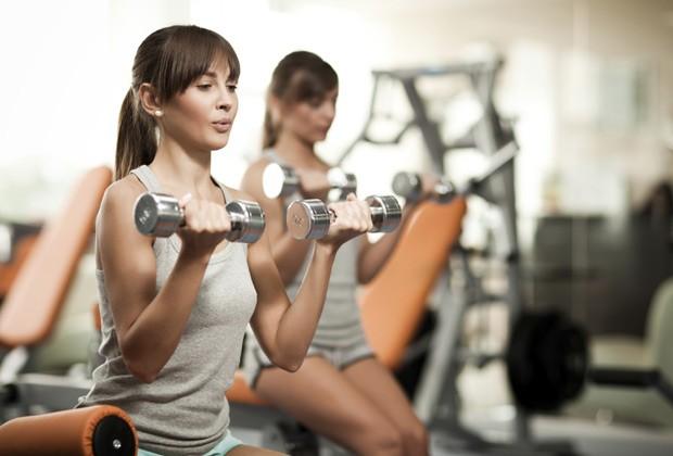 Usar pesos maiores e menos repetições é melhor do que pouco peso e longas séries (Foto: Think Stock)