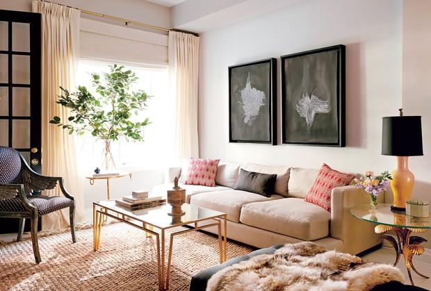 A obra de arte by Lukas Machnik na parede é destaque na sala de estar, com décor em tons neutros e detalhes em dourado (Foto: Jason Schmidt)