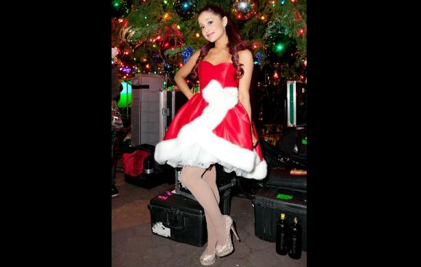 Já Ariana Grande, no fim de 2012, usou um modelo à la Mamãe Noel que é a cara dela. Você não acha que a diferença desse modelo para os que a cantora costuma usar vai pouco além da cor e do bordado? (Foto: Getty Images)