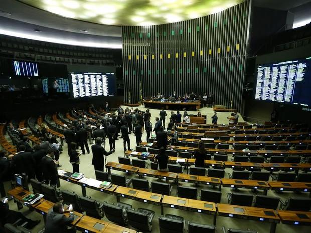 Deputados durante sessão na qual foi votada terceirização irrestrita (Foto: Marcelo Camargo/Agência Brasil)