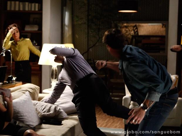 Tito acerta Vitinho depois de tentar partir para cima de Renata (Foto: Sangue Bom/ TV Globo)