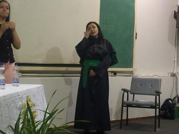 Renata se emocionou ao saber que teve tese aprovada, na UFG, em Goiás (Foto: Fernanda Borges/G1)