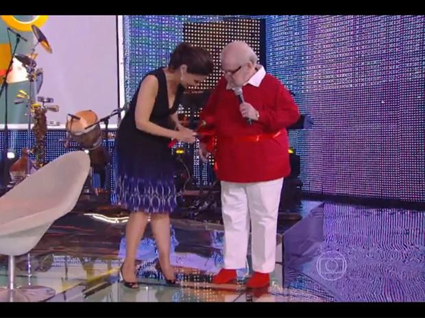 Jô Soares sobe ao palco com laço de presente (Foto: Encontro com Fátima Bernardes/TV Globo)