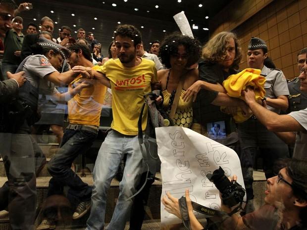 Manifestantes de grupos anti-homofobia são retirados pela polícia das galerias da Assembleia Legislativa de São Paulo na manhã desta sexta-feira (27), após protesto contra o presidente da Câmara dos Deputados, Eduardo Cunha (PMDB) (Foto: Hélvio Romero/Estadão Conteúdo)