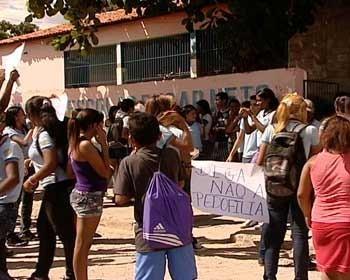 Alunos fizeram manifestação na terça após prisão de professor (Foto: Reprodução/TV Alvorada)