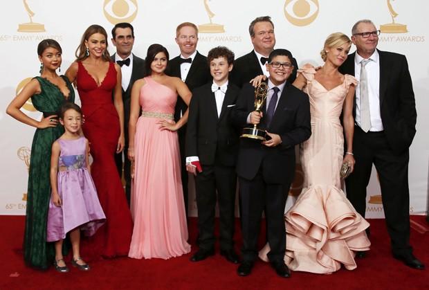 """Elenco da série  """"Modern Family"""" posa com o prêmio de melhor série de comédia (Foto: Lucy Nicholson/ Reuters)"""