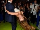 Sofia Vergara segura decote, mas acaba mostrando demais em festa