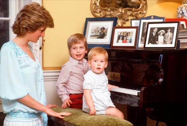 Mais uma imagem da intimidade de Lady Di com os filhos em casa (Foto: Reprodução)