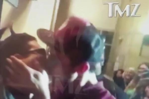 O beijo do ator Ezra Miller em um fã (Foto: Reprodução)