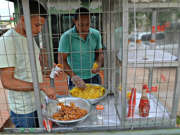 Filhos e sobrinho ajudam nas vendas de bananas fritas ' (Foto: Quésia Melo/G1)