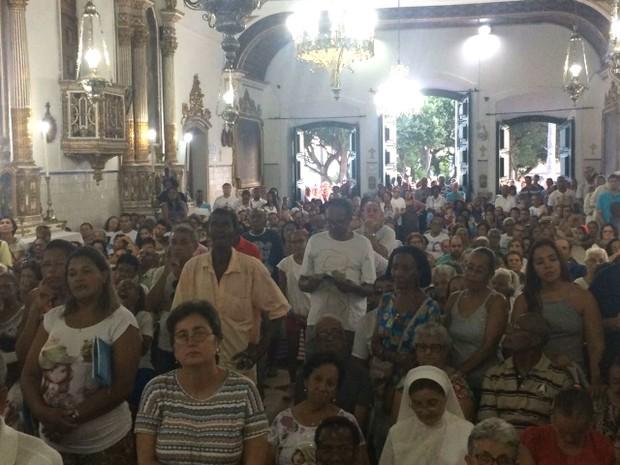 Missa foi celebrada na Igreja do Senhor do Bonfim, após procissão (Foto: Anna Valéria/ TV Bahia)