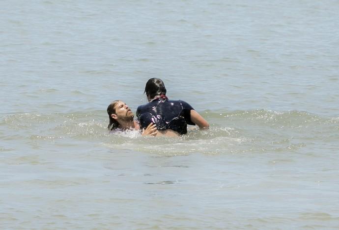 Pedro tenta salvar Tiago (Foto: Raphael Dias/Gshow)