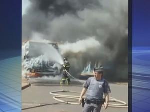 Ônibus de estudantes foi incendiado (Foto: Reprodução / TV TEM)
