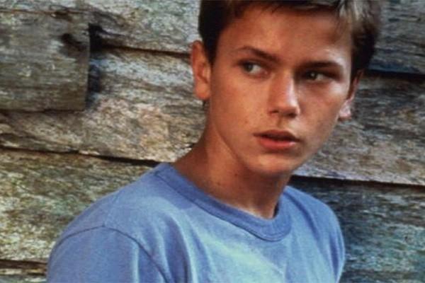 A morte de River Phoenix talvez seja uma das mais trágicas que Hollywood já viu. O ator, que era irmão de Joaquin Phoenix, tinha 23 anos quando, durante uma festa em uma casa noturna de Johnny Depp, sofreu uma overdose de cocaína e heroína. (Foto: Getty Images)