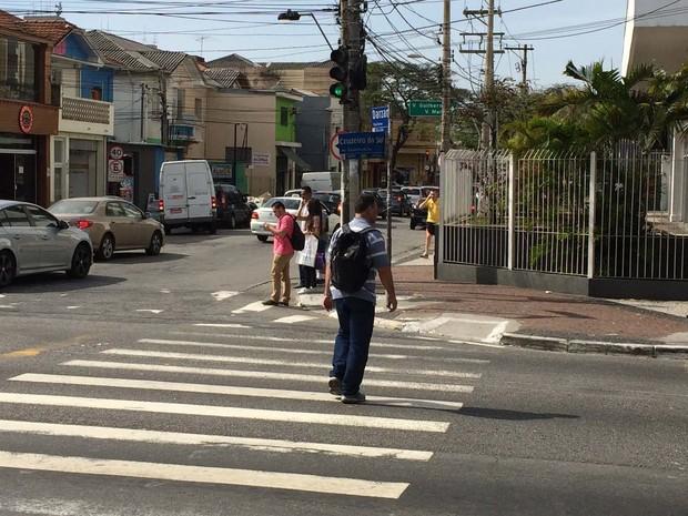 No cruzamento da Cruzeiro do Sul com a Rua Darzan, faltam semáforos para os pedestres, que compartilham a sinalização dos veículos motorizados (Foto: Vivian Reis/G1)